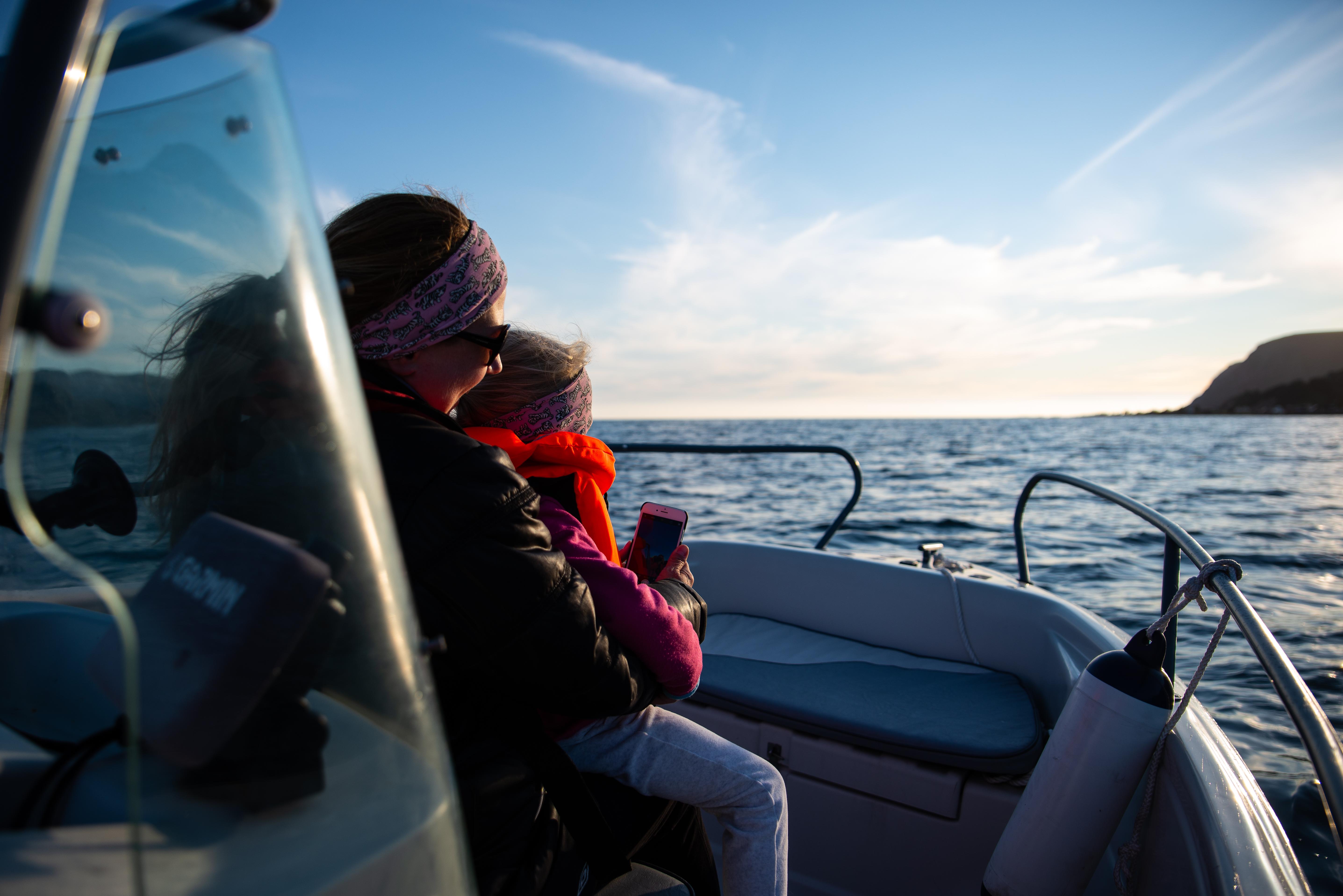 Folk i en liten båt i Bremanger.